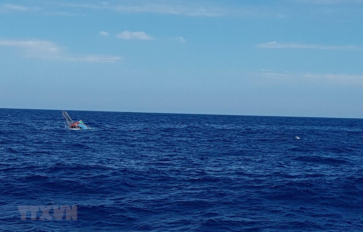 Tàu QB 92838 TS bị chìm trên biển do phá nước. (Ảnh: TTXVN phát)