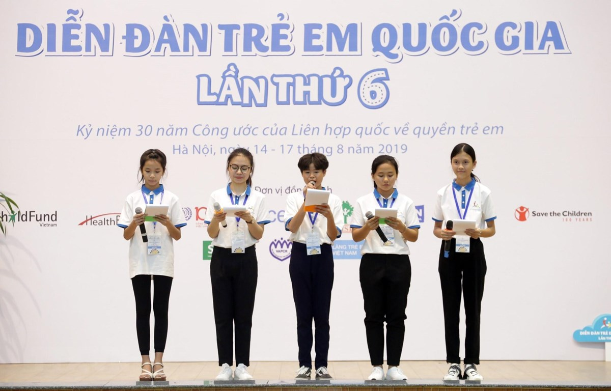Đại biểu trẻ em đưa ra các thông điệp của mình tại Diễn đàn. (Ảnh: Anh Tuấn/TTXVN)