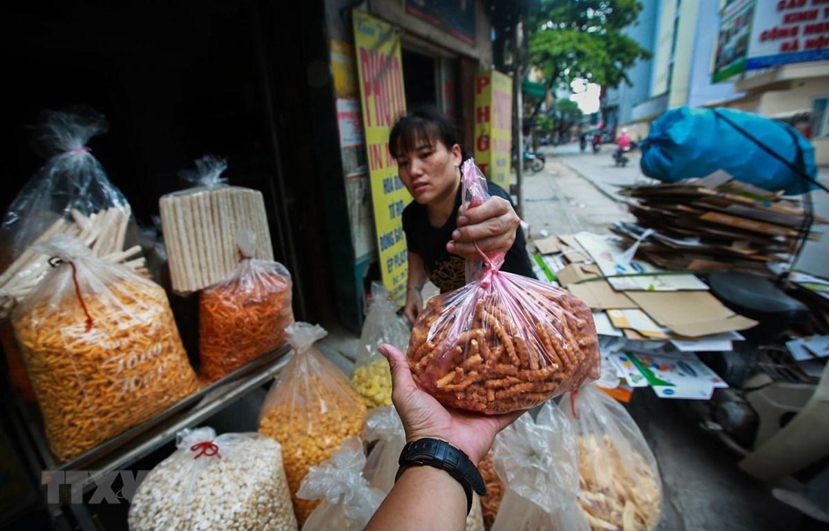 Một cửa hàng bán đồ ăn vặt trên phố Hà Nội với hầu như 100% các mặt hàng được đựng trong núi nylon ngay cả khi hàng được bán ra cho khách. (Ảnh: Trọng Đạt/TTXVN)