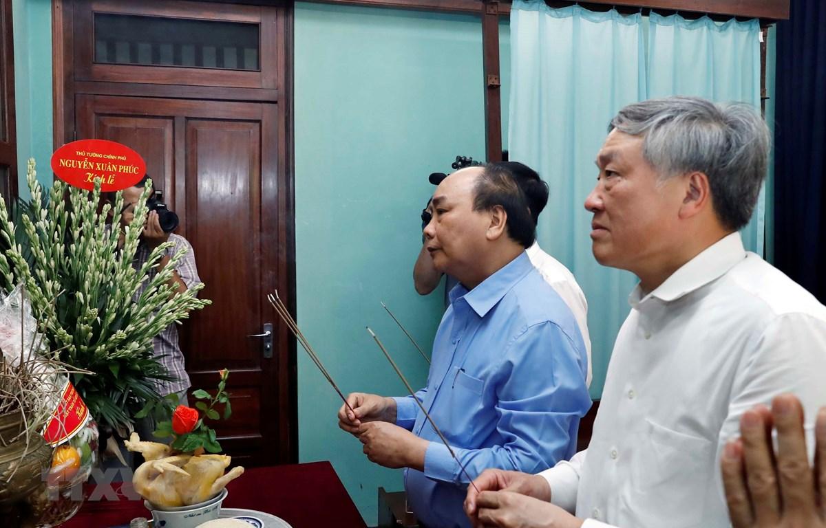 Thủ tướng Nguyễn Xuân Phúc dâng hương tưởng nhớ Bác Hồ tại Nhà 67. (Ảnh: Thống Nhất/TTXVN)
