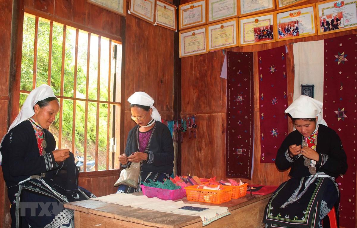 Những lúc nông nhàn phụ nữ Dao Tiền ở Nà Chắn (xã Hoa Thám, huyện Nguyên Bình) thường tập trung tại xưởng dệt để thêu thổ cẩm. (Ảnh: Chu Hiệu/TTXVN)