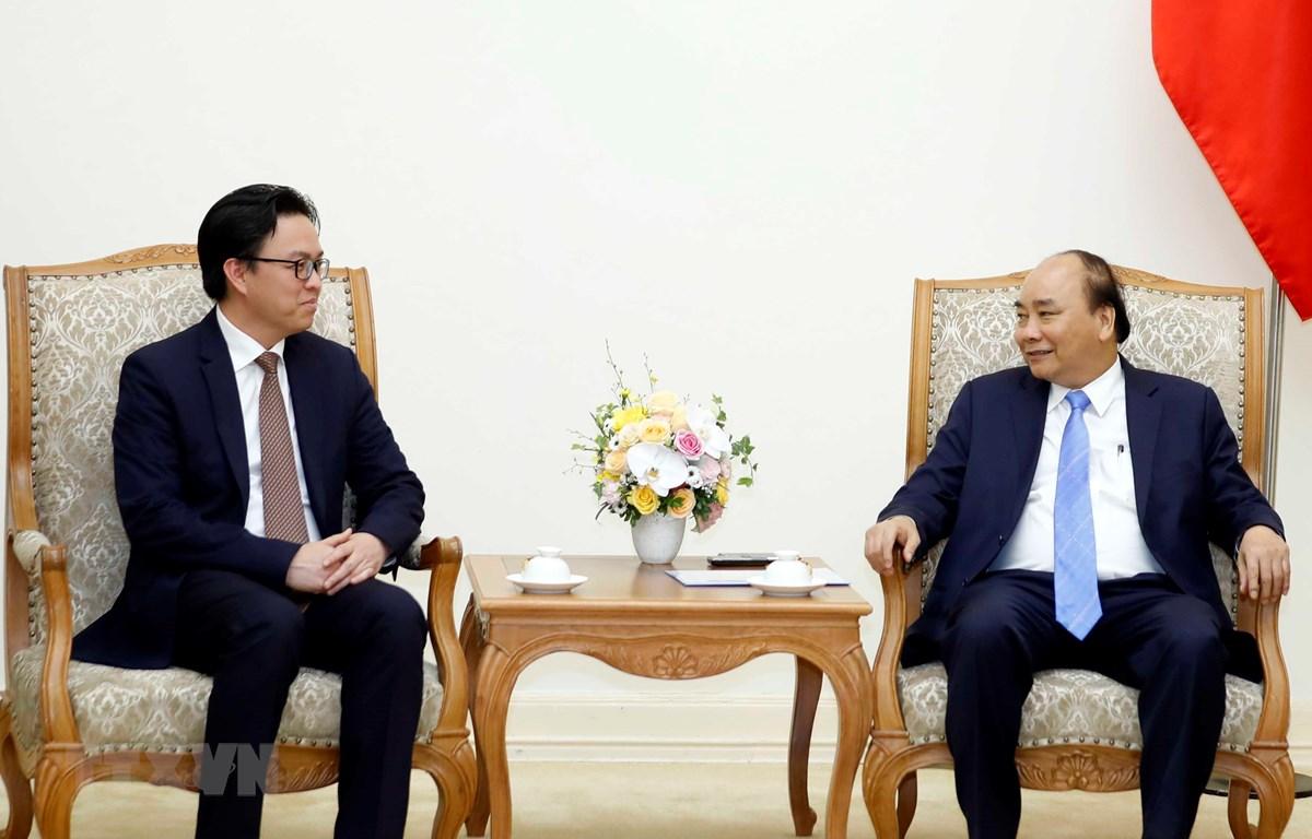 Thủ tướng Nguyễn Xuân Phúc tiếp Đại sứ Campuchia. (Ảnh: Thống Nhất/TTXVN)