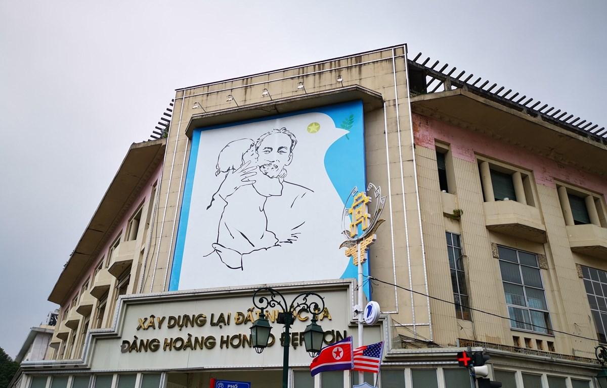 Bức tranh 'Bác Hồ và thiếu nhi' khu vực trước cửa Nhà triển lãm 93 Đinh Tiên Hoàng, Quận Hoàn Kiếm. (Ảnh: Thành Đạt/TTXVN)