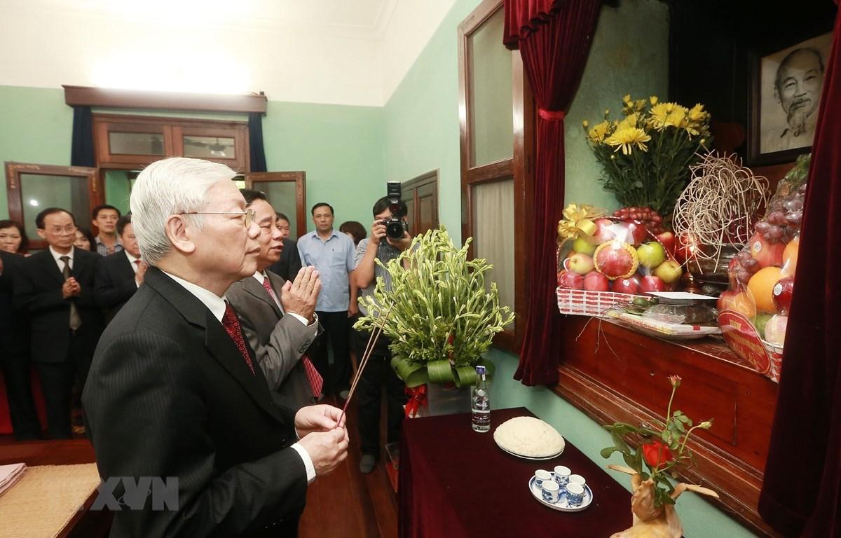 Tổng Bí thư, Chủ tịch nước Nguyễn Phú Trọng kính cẩn dâng hương, tưởng nhớ và tri ân công lao to lớn của Chủ tịch Hồ Chí Minh. (Ảnh: Lâm Khánh/TTXVN)