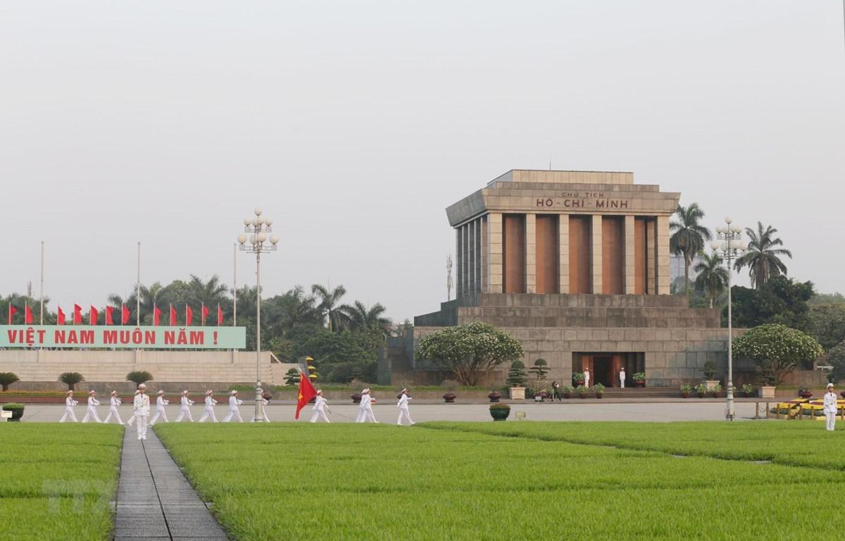 Lễ thượng cờ, chào cờ sáng tại lăng Chủ tịch Hồ Chí Minh. (Ảnh: Anh Tuấn/TTXVN)