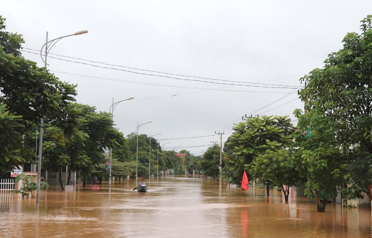 Đường phố thị trấn Lao Bảo, Quảng Trị bị ngập lũ. (Ảnh: Nguyên Lý-TTXVN)