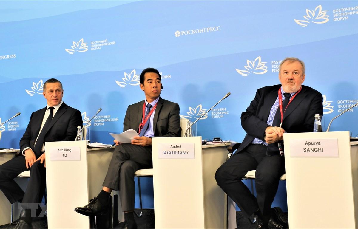 Thứ trưởng Bộ Ngoại giao Tô Anh Dũng (ở giữa) tham dự Hội thảo. (Ảnh: Dương Trí/TTXVN)