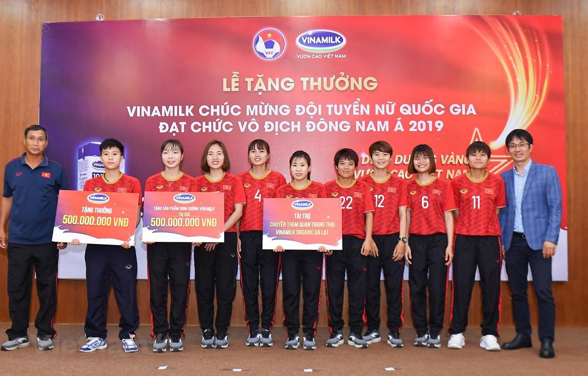 Vinamilk tặng thưởng cho đội tuyển bóng đá nữ Việt Nam. (Nguồn: Vietnam+)