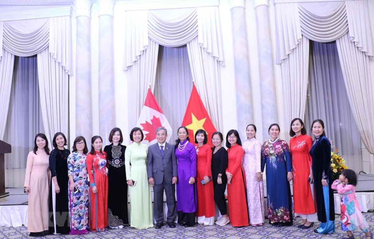 Đại sứ Nguyễn Đức Hòa và phu nhân chụp ảnh lưu niệm với cán bộ nữ của các cơ quan đại diện Việt Nam tại Canada. (Ảnh: Vũ Quang Thịnh/TTXVN)