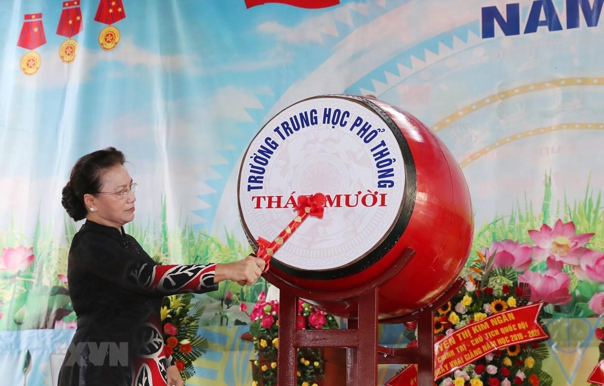 Chủ tịch Quốc hội Nguyễn Thị Kim Ngân đánh trống khai giảng năm học mới tại trường THPT Tháp Mười (Đồng Tháp). (Ảnh: Trọng Đức/TTXVN)