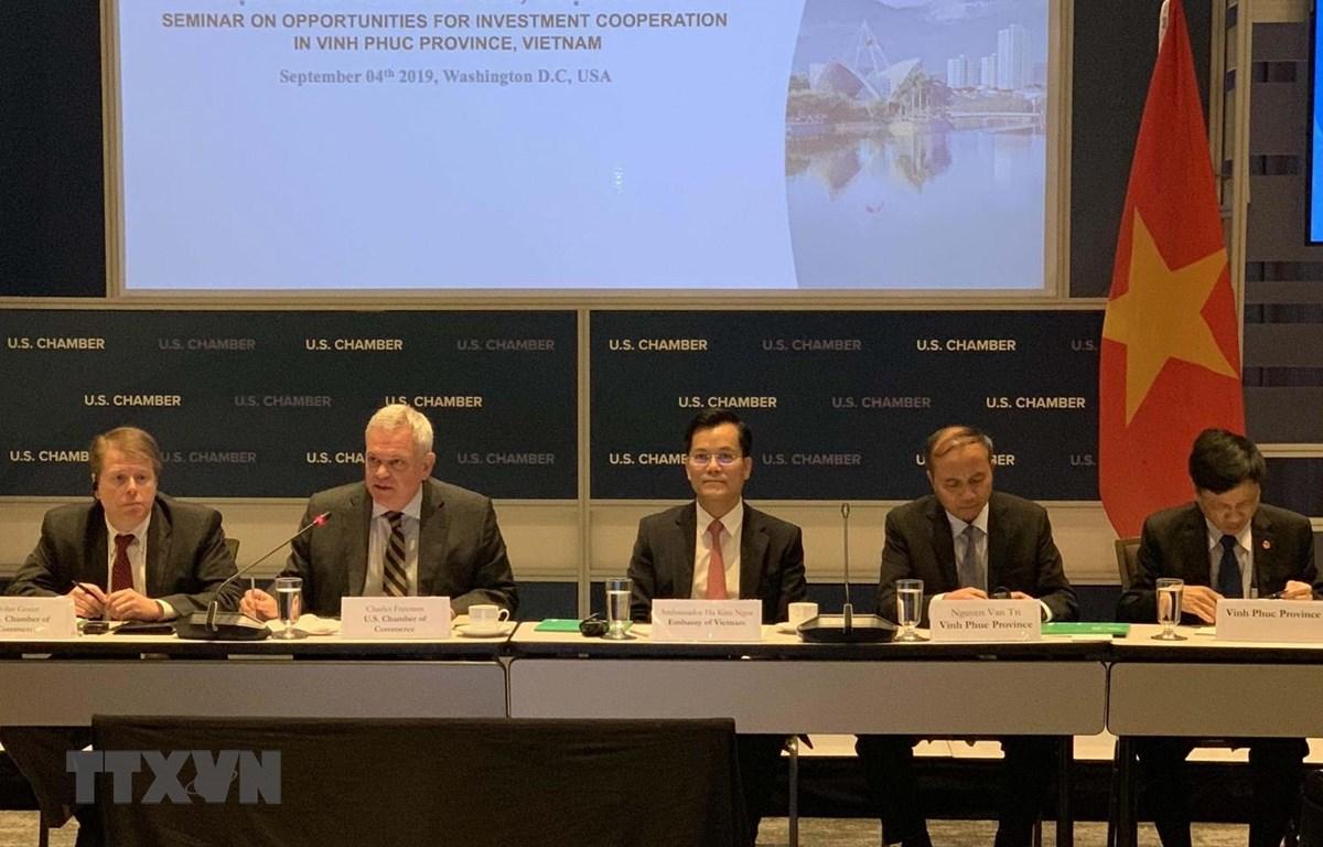 Chủ tịch Ủy ban Nhân dân tỉnh Vĩnh Phúc dẫn đầu phái đoàn Việt Nam thảo luận với Phó Chủ tịch Phòng Thương Mại Mỹ Charles Freeman và các đại biểu khác từ phía Mỹ. (Ảnh: Bùi Đại Thắng/TTXVN)