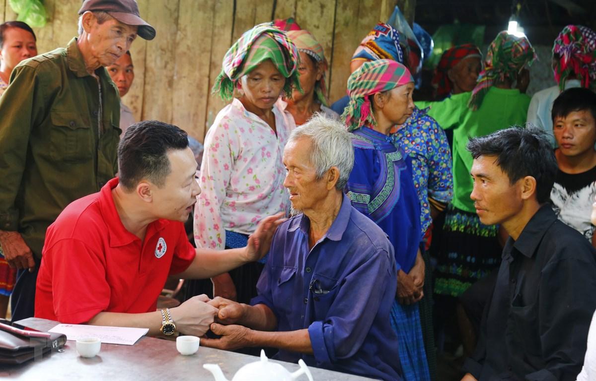 Đại diện Hội Chữ thập đỏ tỉnh Tuyên Quang đến thăm hỏi gia đình nạn nhân. (Ảnh: Nam Sương/TTXVN)