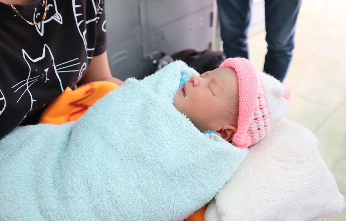Bé sơ sinh bị bỏ rơi trước cổng chùa đang được chăm sóc tại trạm y tế xã Nghĩa Trung. (Ảnh: Đậu Tất Thành/Vietnam+)
