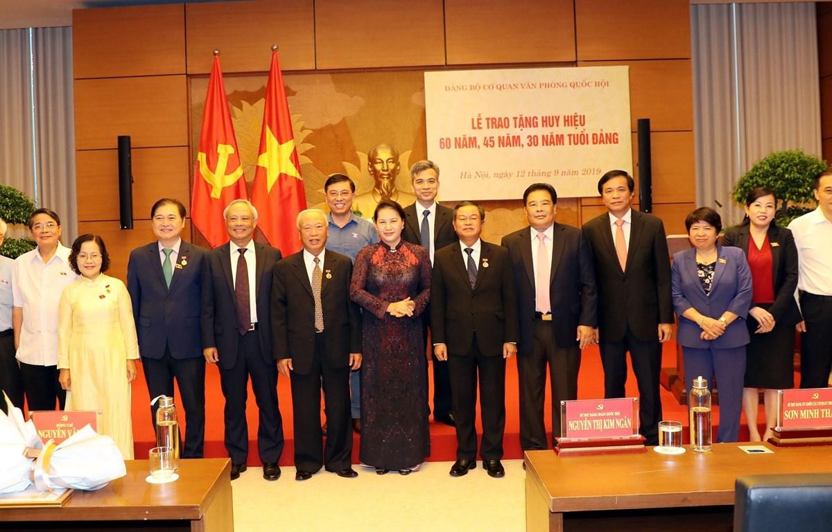 Chủ tịch Quốc hội Nguyễn Thị Kim Ngân và các đại biểu tại lễ trao Huy hiệu Đảng. (Ảnh: Trọng Đức/TTXVN)