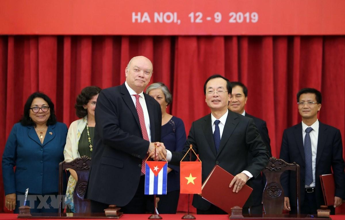 Hai đồng Chủ tịch Ủy ban liên Chính phủ Việt Nam - Cuba: Bộ trưởng Bộ Xây dựng Việt Nam Phạm Hồng Hà (bên phải) và Bộ trưởng Bộ Ngoại thương và Đầu tư nước ngoài Cuba Rodrigo Malmierca Diaz (bên trái) ký kết biên bản kỳ họp. (Ảnh: Danh Lam/TTXVN)