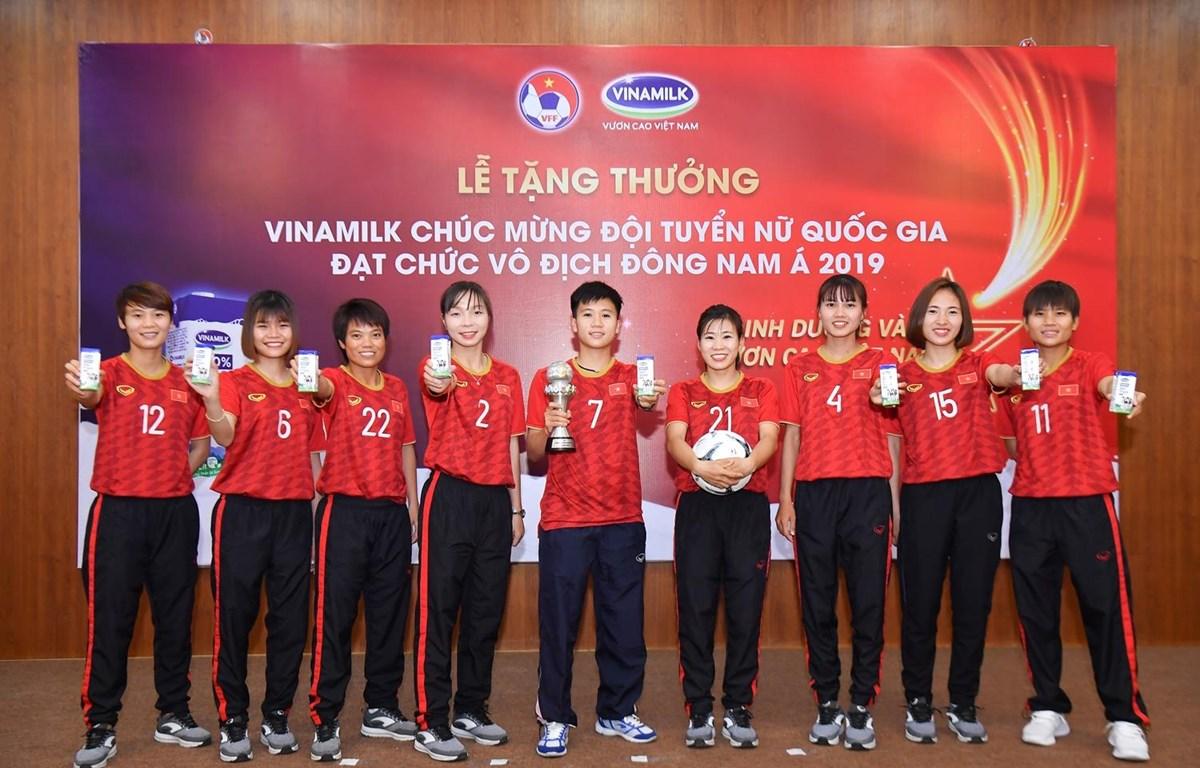 Các nữ cầu thủ trong buổi Lễ Vinamilk tặng thưởng và chúc mừng đội tuyển đạt chức vô địch Đông Nam Á 2019. (Nguồn: Vietnam+)