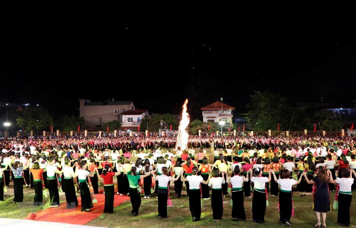 Các nghệ nhân biểu diễn màn đại xòe tại Tuần Văn hóa-Du lịch Mường Lò năm 2018. (Ảnh: Đức Tưởng/TTXVN)