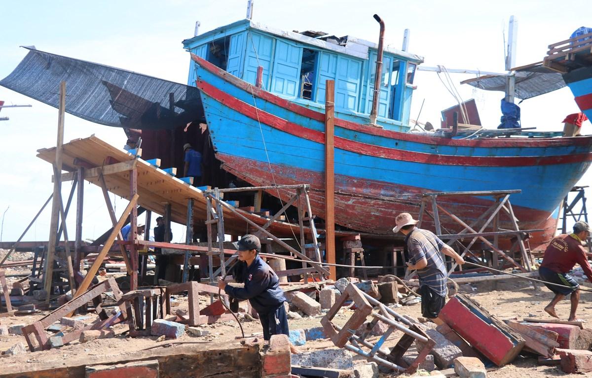 Ngư dân tháo dỡ một phần thân tàu cá dưới 15m để cải hoán dài trên 15m tại khu kéo, sửa chữa tàu ở cảng cá Đông Tác, phường Phú Đông, thành phố Tuy Hòa. (Ảnh: Phạm Cường/TTXVN)