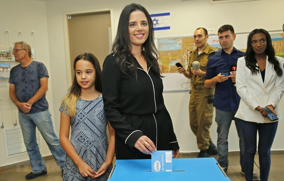 Cựu Bộ trưởng Tư pháp Israel (giữa) bỏ phiếu tại điểm bầu cử Quốc hội ở Tel Aviv, ngày 17/9/2019. (Ảnh: AFP/TTXVN)
