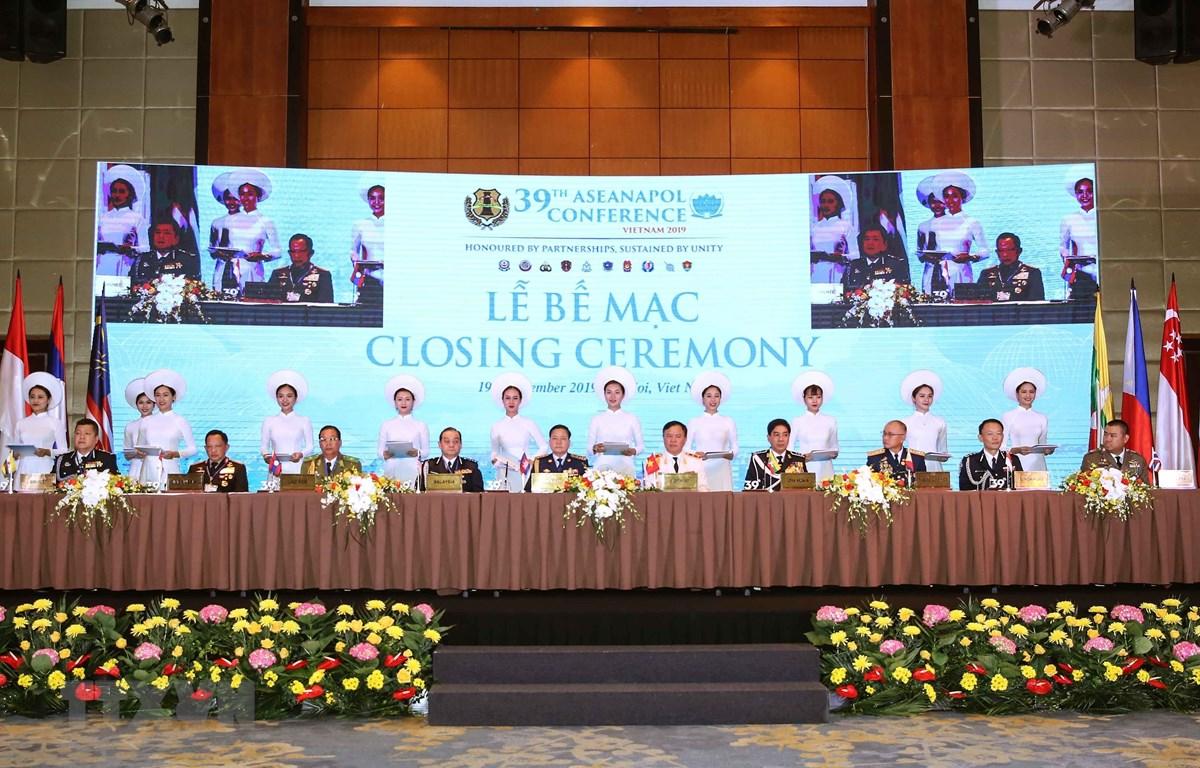 Trưởng đoàn 10 nước thành viên ASEANAPOL ký Thông cáo chung. (Ảnh: TTXVN)