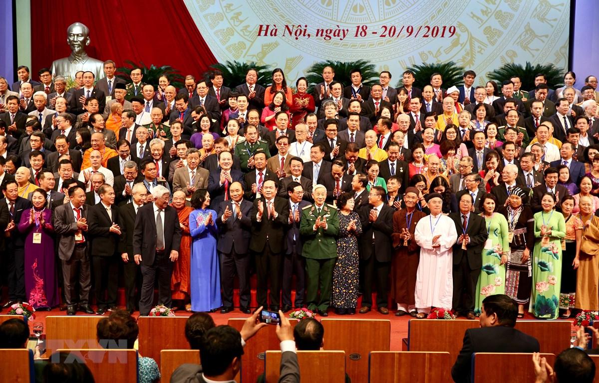 Thủ tướng Nguyễn Xuân Phúc cùng các đồng chí lãnh đạo Đảng, Nhà nước với các Ủy viên Ủy ban Trung ương Mặt trận Tổ quốc Việt Nam khóa IX. (Ảnh: TTXVN)