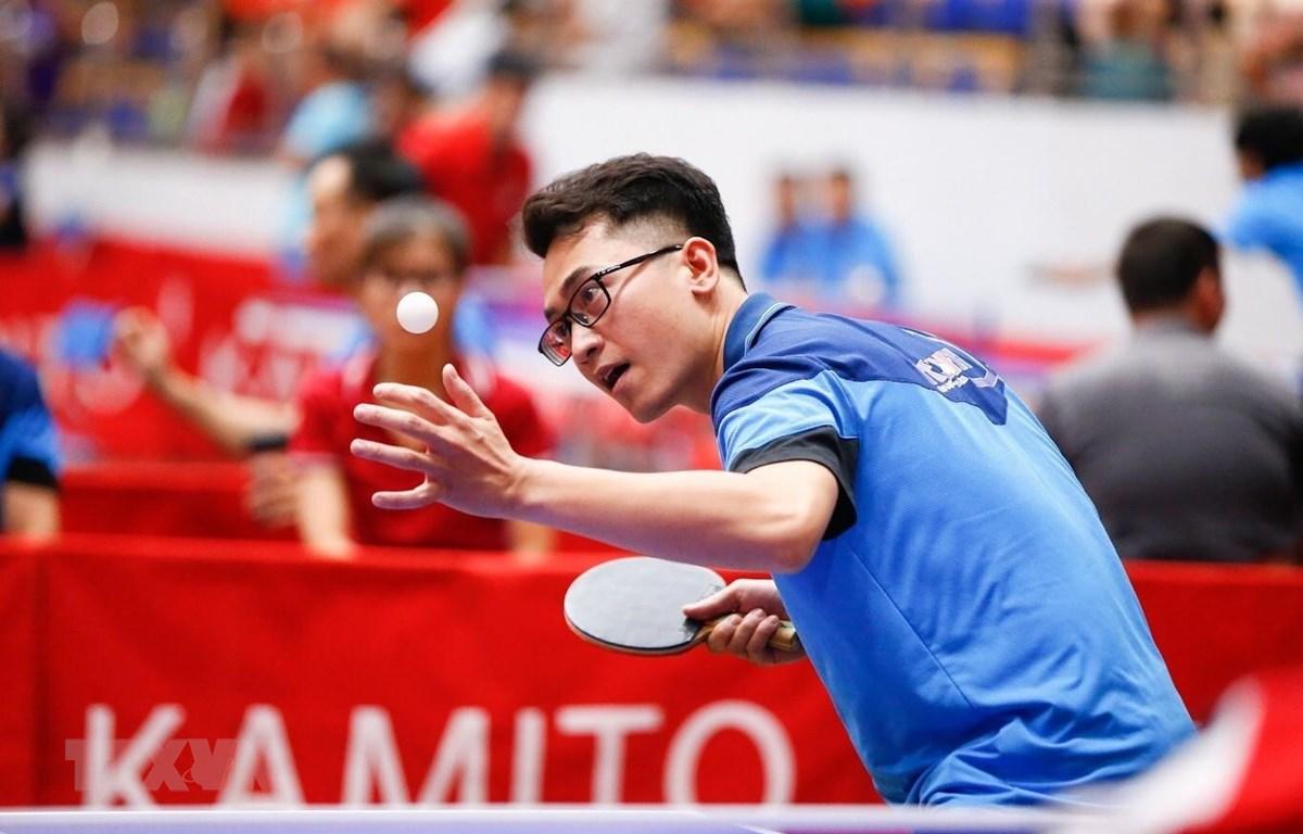Vận động viên Cao Nhật Tân - Chi hội Nhà báo TTXVN thi đấu trận thứ ba ở nội dung đồng đội nam. (Ảnh: Trọng Đạt/TTXVN)