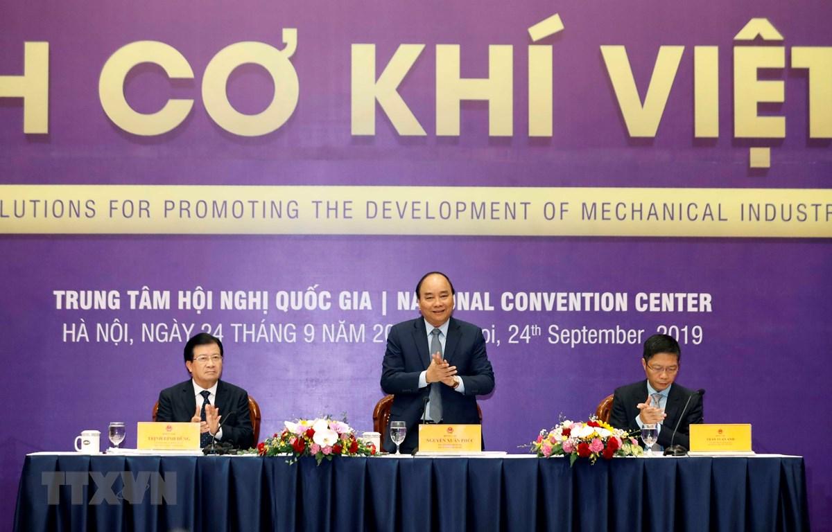 Thủ tướng Nguyễn Xuân Phúc chủ trì hội nghị về các giải pháp thúc đẩy phát triển ngành cơ khí Việt Nam. (Ảnh: Thống Nhất/TTXVN)