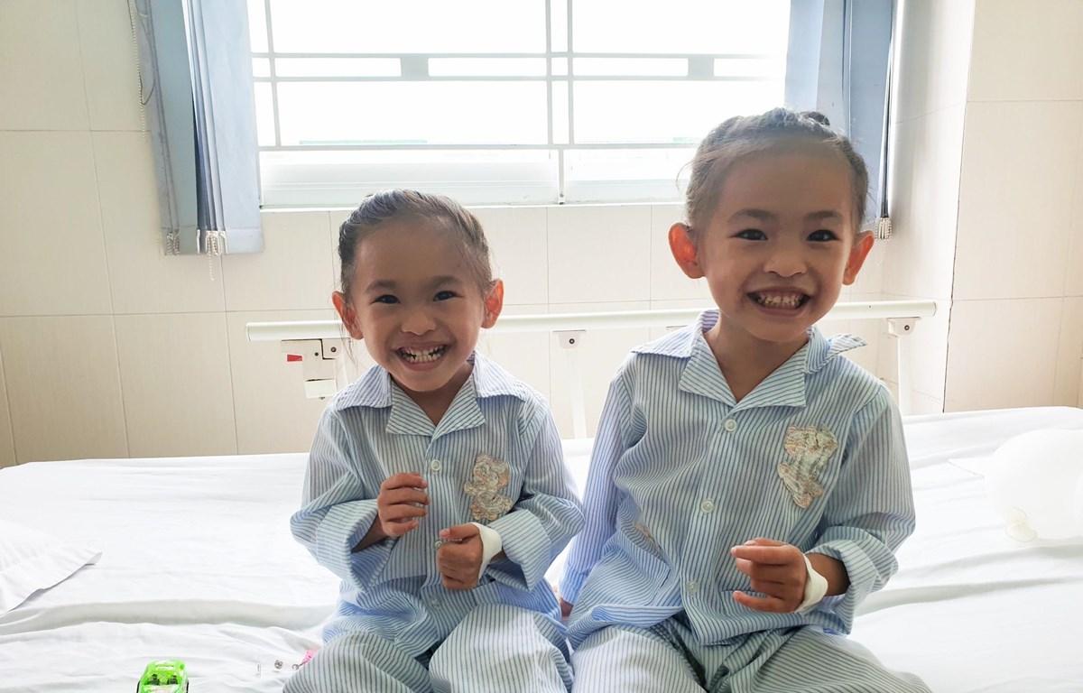 Hai bé khỏe mạnh sau ca can thiệp. (Ảnh: TTXVN phát)