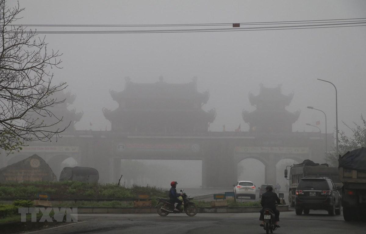 Cổng vào Quần thể danh thắng Tràng An mờ trong sương dày đặc. (Ảnh: Ninh Đức Phương/TTXVN)