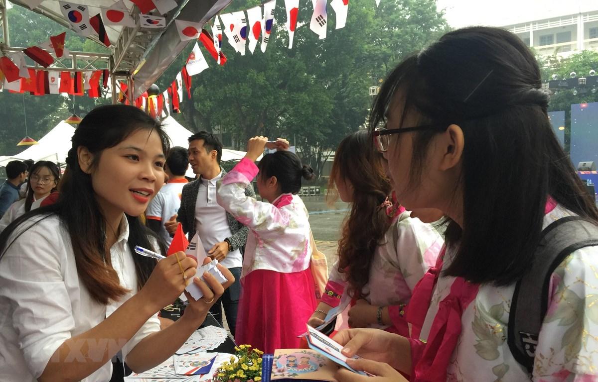 Sinh viên Hà Nội tìm hiểu cơ hội học tập tại Hàn Quốc. (Ảnh: Kim Anh/TTXVN)