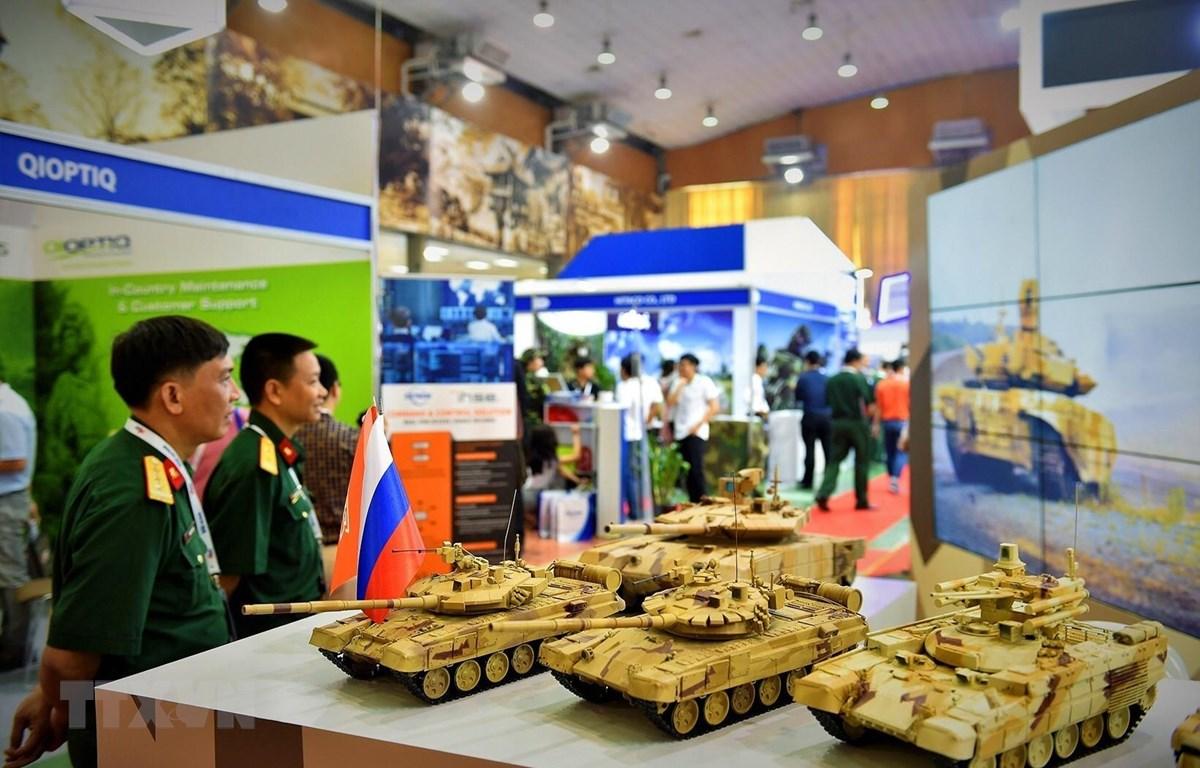 Mô hình thiết bị, vũ khí, khí tài trưng bày tại triển lãm. (Ảnh: Dương Giang/TTXVN)