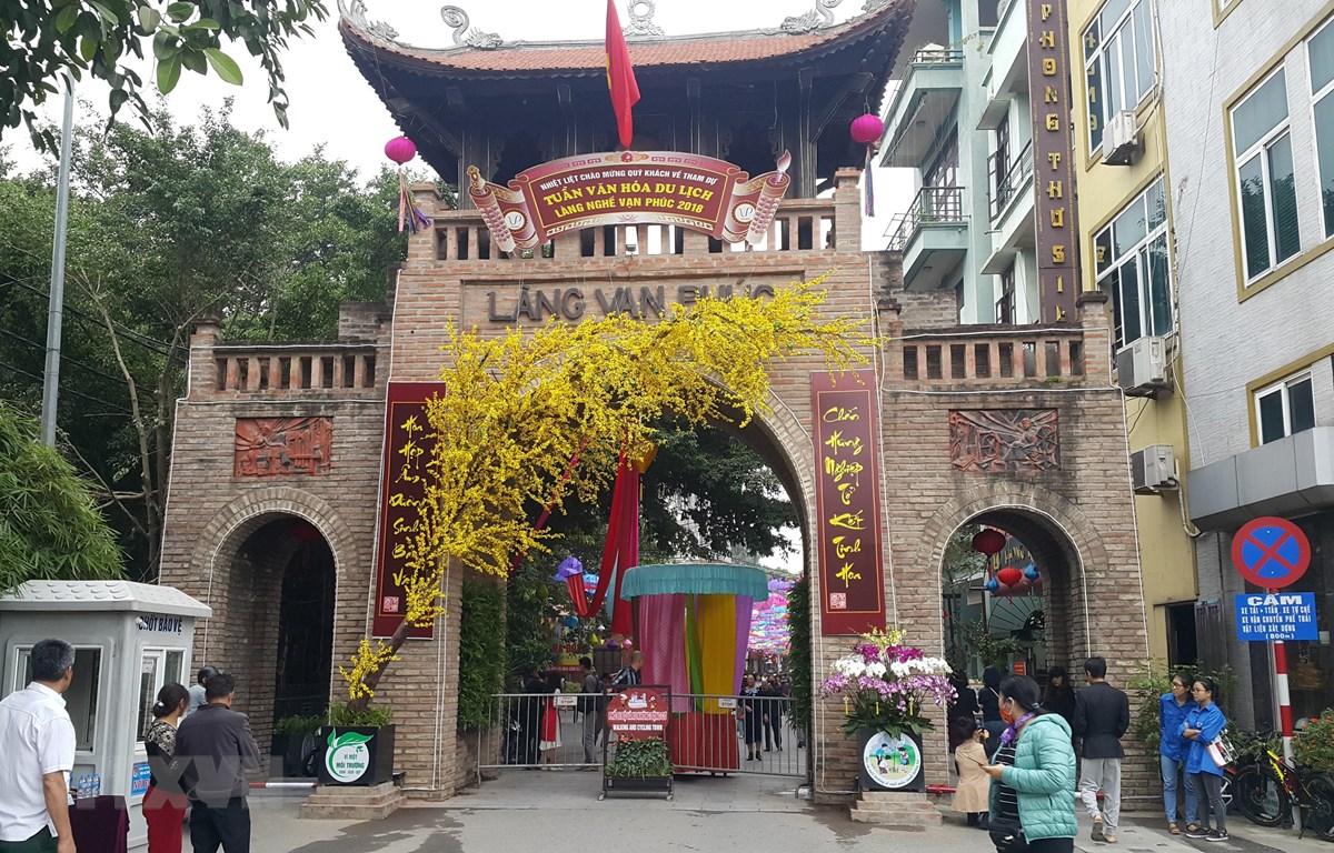 Tuần lễ văn hóa du lịch thương mại làng nghề Vạn Phúc. (Ảnh: Đinh Thuận/TTXVN)