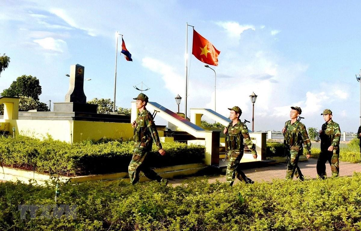 Chiến sỹ Đồn Biên phòng Cửa khẩu Quốc tế Vĩnh Xương (An Giang) tuần tra, bảo vệ cột mốc biên giới. (Ảnh: Xuân Khu/TTXVN)