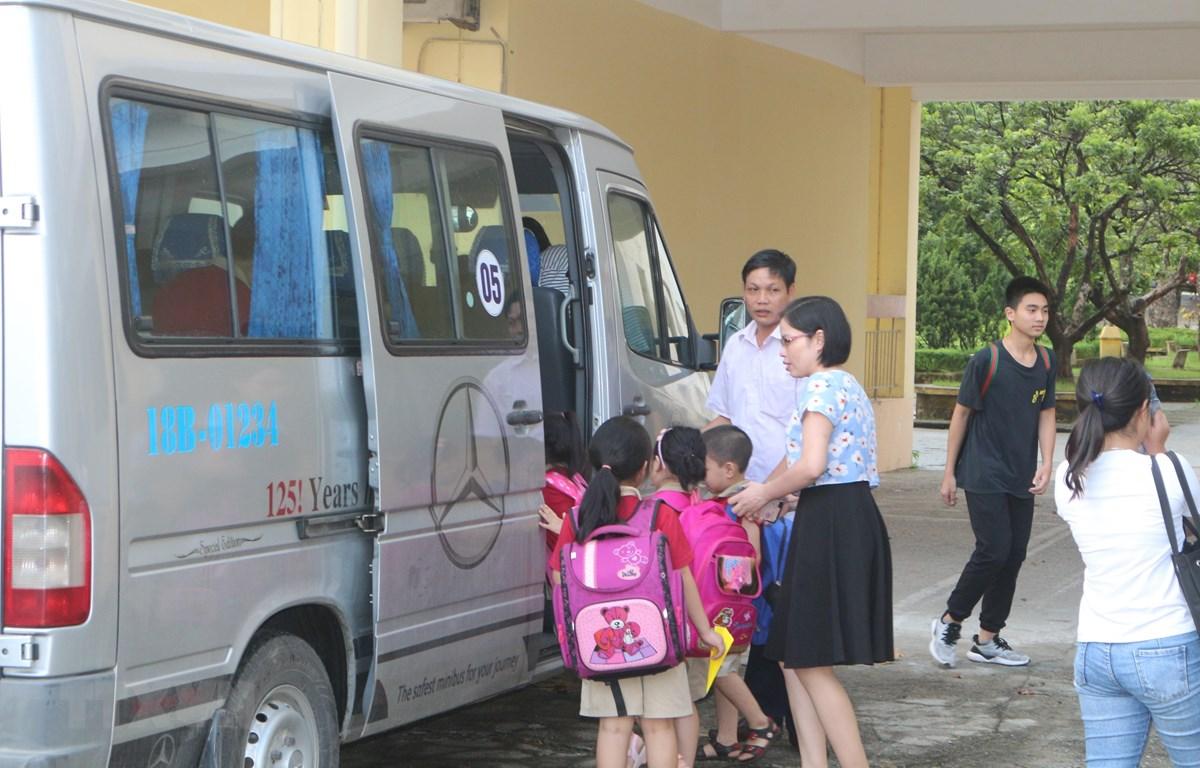 Xe buýt đưa đón học sinh của trường Tiểu học Nguyễn Tất Thành, thành phố Nam Định. (Ảnh: TTXVN)