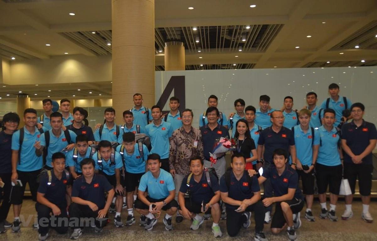 Đại sứ Phạm Vinh Quang (áo hoa, đứng giữa) chụp ảnh kỷ niệm cùng đoàn. (Ảnh: Hải Ngọc/Vietnam+)