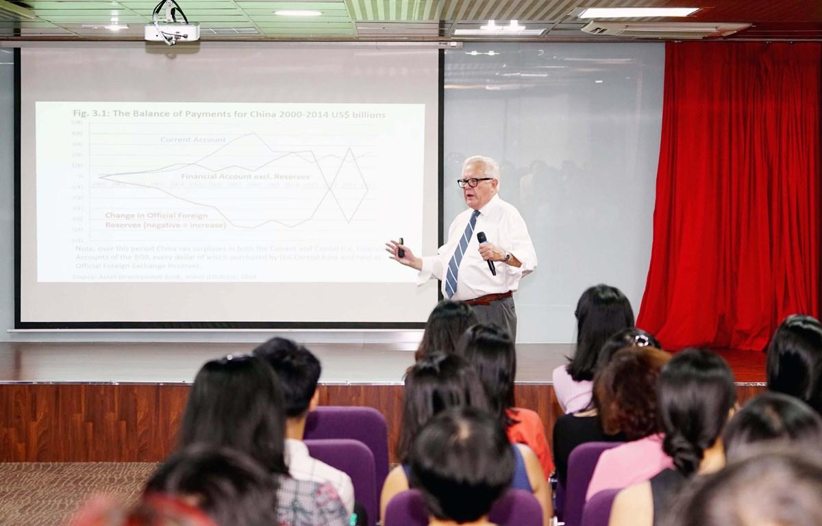 """Buổi thuyết giảng với chủ đề """"What's behind US and Global trade imbalances"""" (Điều gì phía sau Mỹ và sự mất cân bằng thương mại toàn cầu) do giáo sư, tiến sỹ James Riedel tổ chứcdành cho sinh viên, học viên MBA và giảng viên HSU. (Nguồn: Vietnam+)"""