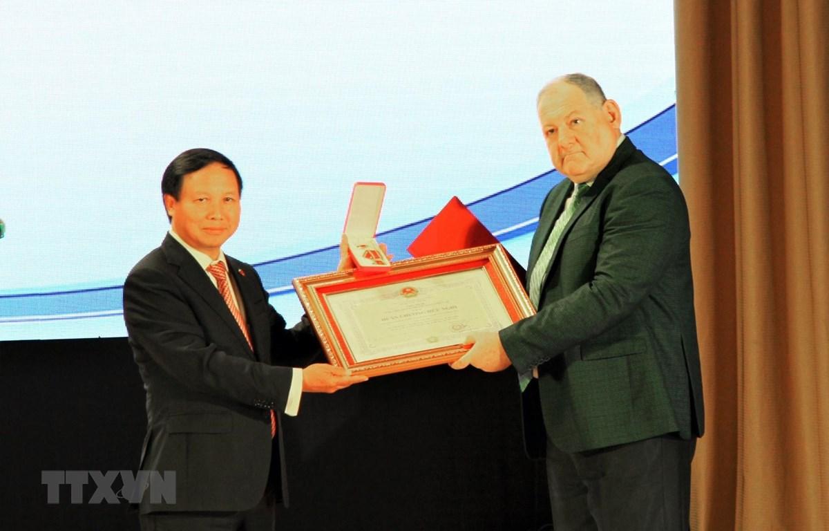 Đại sứ Ngô Đức Mạnh trao Huân chương Hữu nghị cho Hiệu trưởng Đại học tổng hợp Quốc gia Pyatigorsk, ông Alexander Gorbunov. (Ảnh: Duy Trinh/TTXVN)