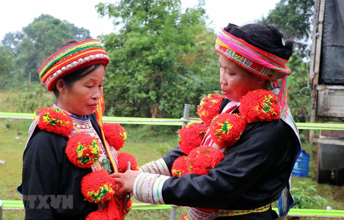 Trang phục truyền thống của người Dao đỏ. (Ảnh: Quang Đán/TTXVN)