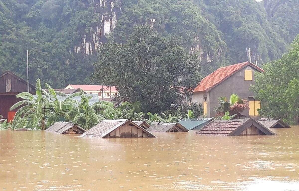 Nhà dân ngập trong vùng rốn lũ tại Tân Hóa, huyện Minh Hóa, Quảng Bình. (Ảnh: Đức Thọ/TTXVN)