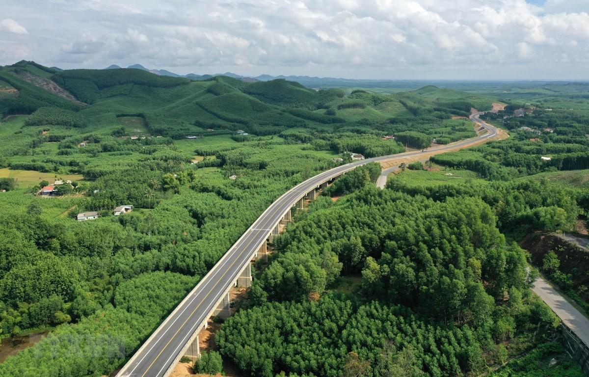 Đường cao tốc La Sơn - Túy Loan đoạn qua huyện Nam Đông, tỉnh Thừa Thiên Huế đã hoàn thành. (Ảnh: Hồ Cầu/TTXVN)