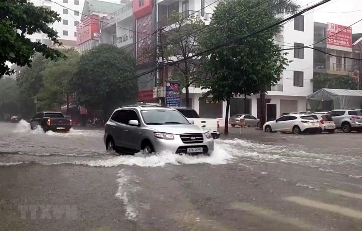 Nhiều tuyến đường tại thành phố Vinh (Nghệ An) ngập sâu trong nước. (Ảnh minh họa: Tá Chuyên/TTXVN)