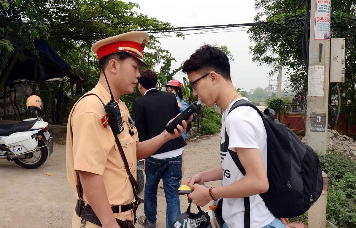 Lực lượng Cảnh sát giao thông tỉnh Hưng Yên kiểm tra nồng độ cồn người điều khiển phương tiện giao thông trên Quốc lộ 39. (Ảnh: Phạm Kiên/TTXVN)