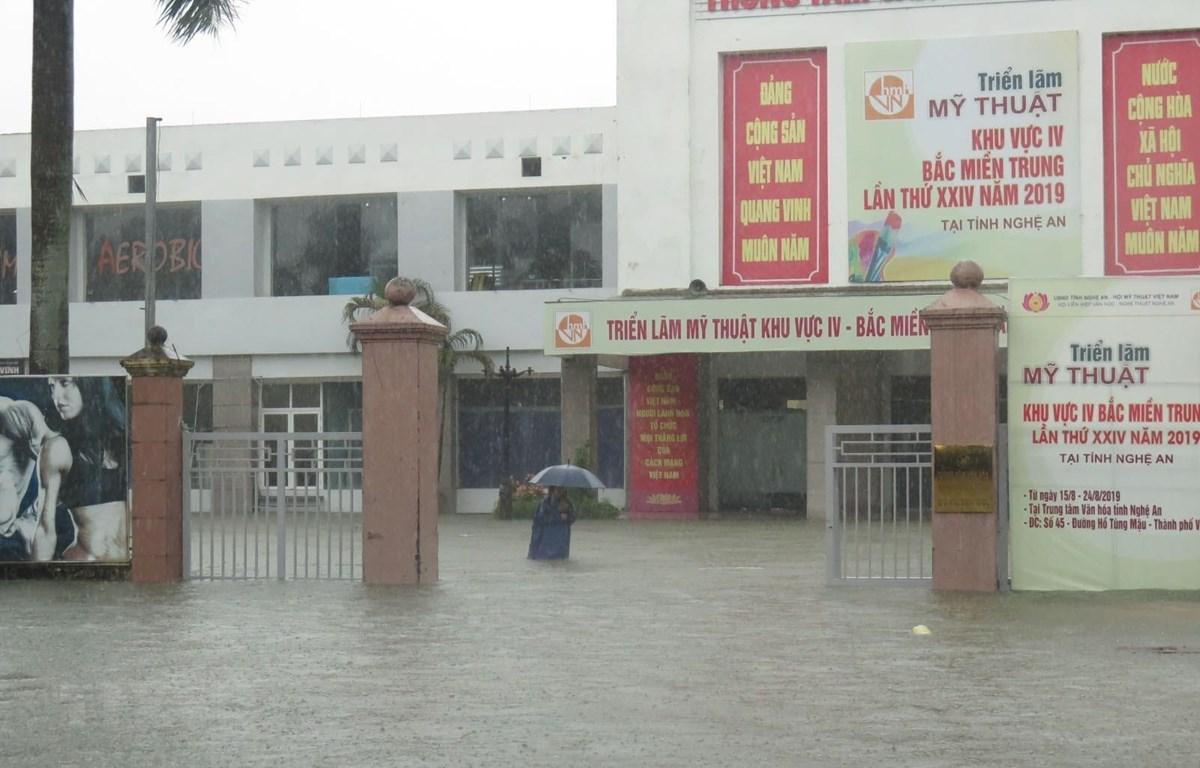 Thành phố Vinh ngập sâu trong nước. (Ảnh: Nguyễn Văn Nhật/TTXVN)