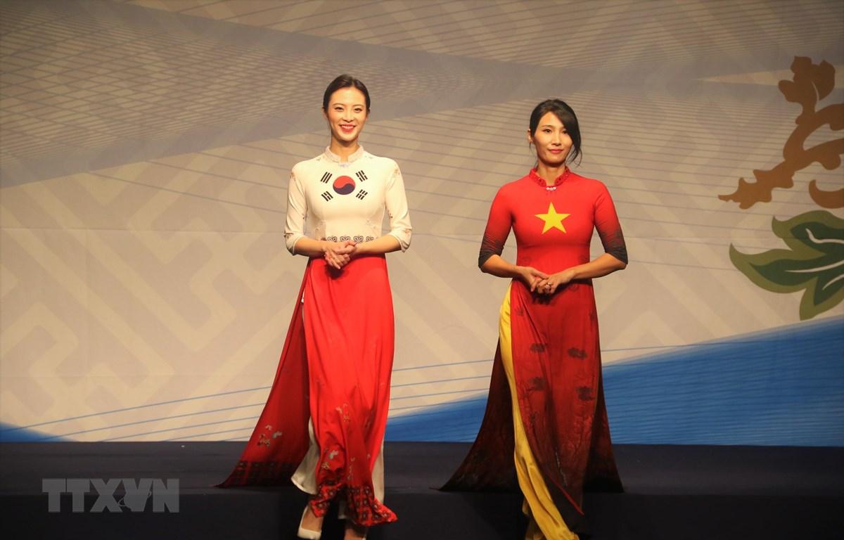 Trình diễn áo dài Việt trong chương trình trình diễn thời trang Tự hào Áo dài Việt. (Ảnh: Đình Phương/TTXVN)