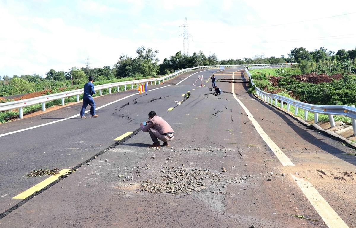 Vết nứt lớn xuất hiện trên mặt đường Hồ Chí Minh đoạn tránh Chư Sê, tỉnh Gia Lai. (Ảnh: Dư Toán/TTXVN)