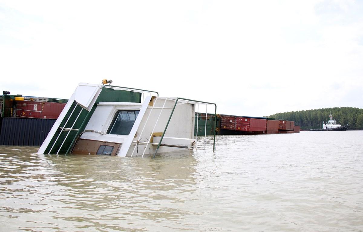 Tàu Vietsun Integrity nằm lật ngang giữa sông Lòng Tàu. (Ảnh: Tiến Lực/TTXVN)