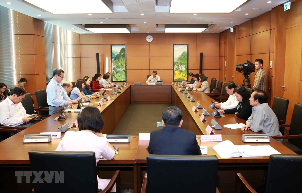 Đoàn đại biểu các tỉnh Bắc Ninh, Hưng Yên, Đắk Nông và tỉnh Bến Tre thảo luận ở tổ. (Ảnh: Doãn Tấn/TTXVN)
