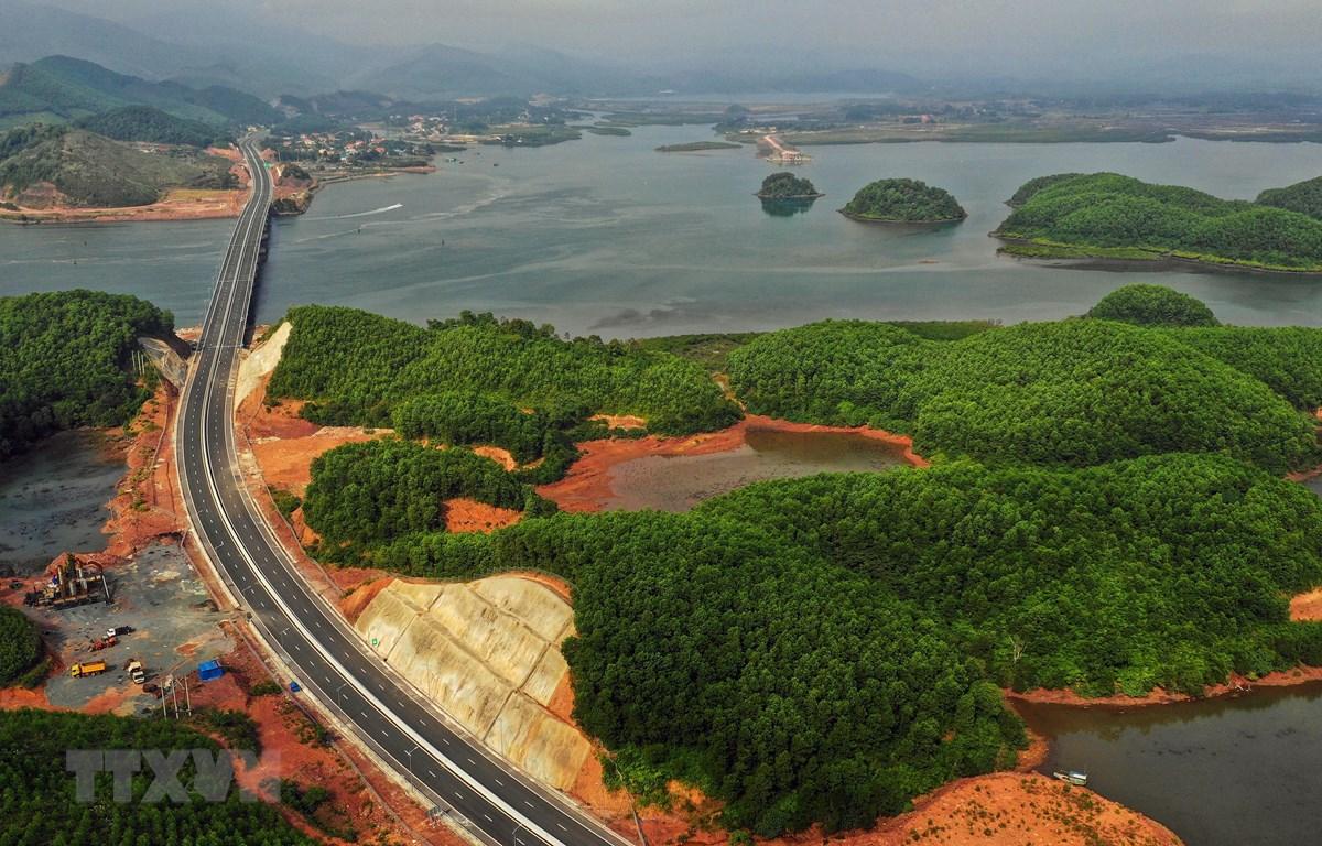 Tuyến đường cao tốc Hạ Long-Vân Đồn. (Ảnh: TTXVN phát)