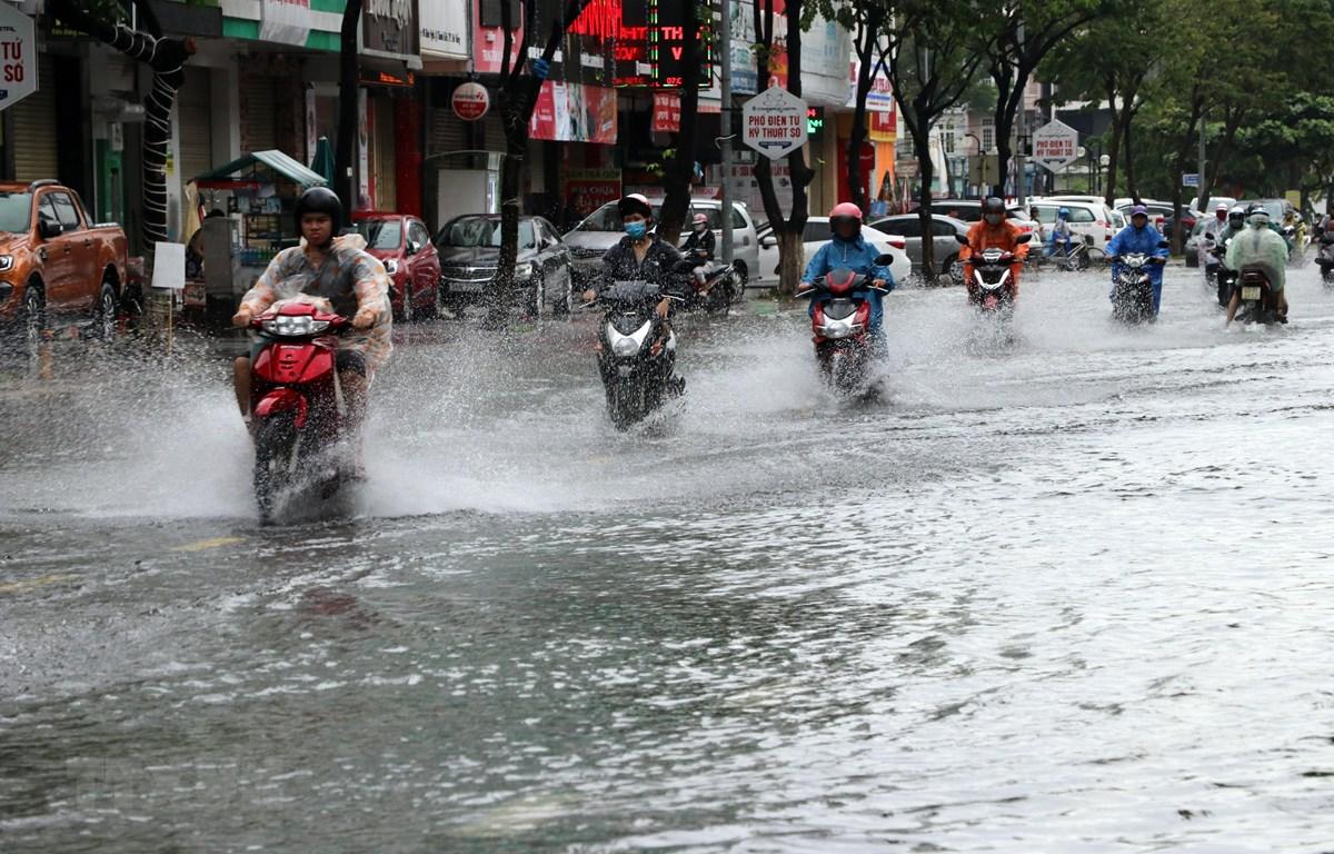 Khu vực đường Hàm Nghi (Đà Nẵng) bị ngập do mưa lớn. (Ảnh: Trần Lê Lâm - TTXVN)