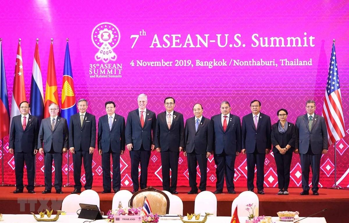 Thủ tướng Nguyễn Xuân Phúc (thứ năm, từ phải sang) và các Trưởng đoàng chụp ảnh chung. (Ảnh: Thống Nhất/TTXVN)